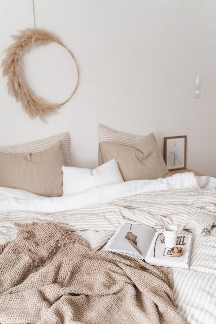 design minimaliste dans une chambre adulte deco en couleurs neutres, petite chambre aux murs blancs avec objets en beige