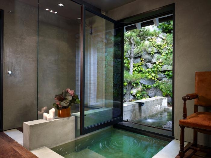 design salle de bain nature avec bassin, conception moderne de style zen dans une salle de bain grise avec sol en bois foncé