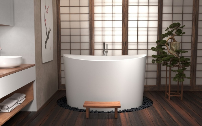 modèle de bain japonais sur un petit jardin aux galets noirs, décoration salle de bain en blanc cet beige avec accents bois