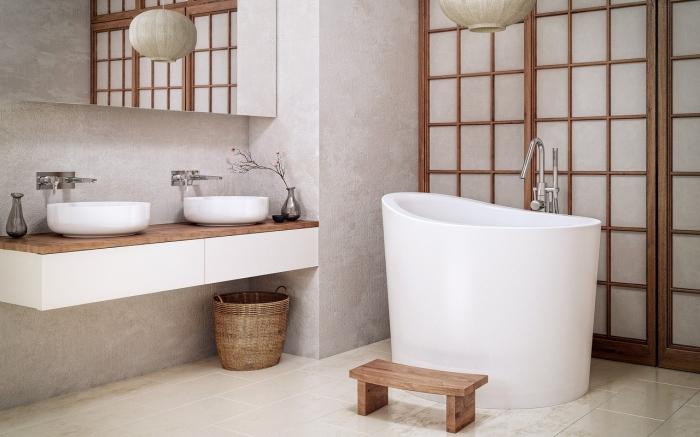 design salle de bain asiatique en blanc et bois avec petite baignoire autoportante, décoration salle de bain aux murs en gris clair avec accents bois