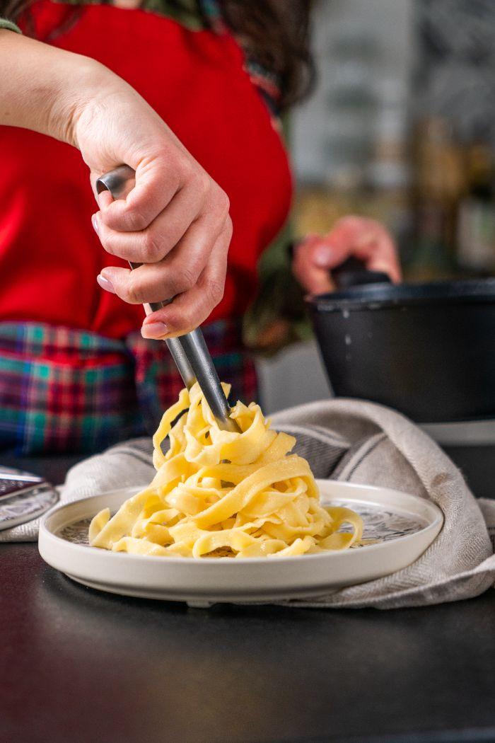 repas en famille pour le soir, idee comment faire des tagliatelles soi meme facilement