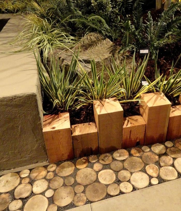 bordure en petits rondis en bois et en blocs de bois à hauteur variée, idee bordure bois a planter
