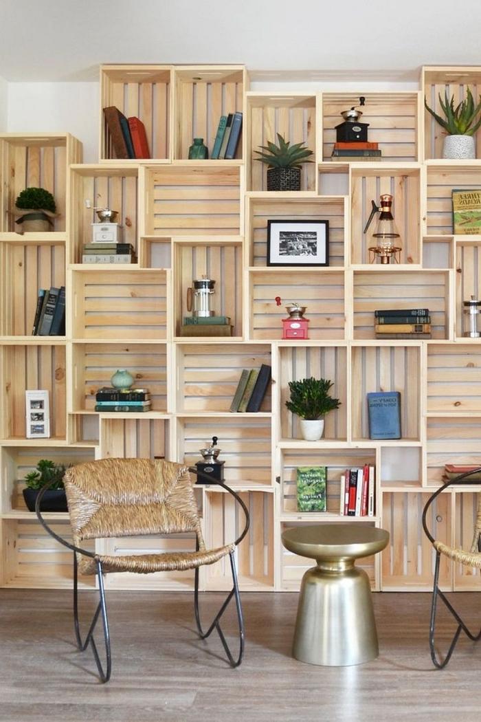 exemple comment décorer son salon avec cagettes de bois récupérées, fabriquer une bibliothèque murale en caisses de bois