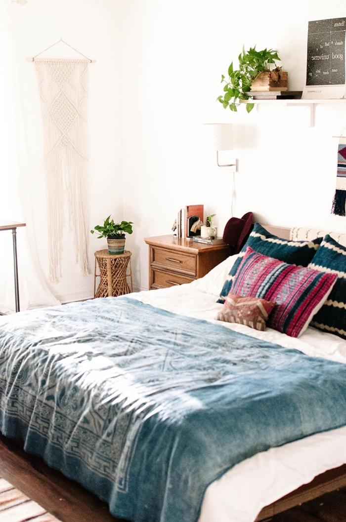 comment décorer sa chambre d'esprit boho chic, design pièce ado aux murs blancs avec meubles en bois et accessoires en bleu