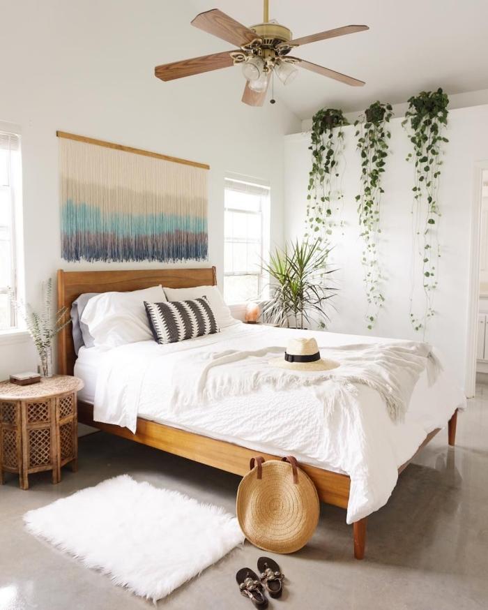 comment décorer sa chambre d'esprit boho chic avec meubles en bois et accessoires en fibre végétale, modèle de mur blanc avec plantes tombantes