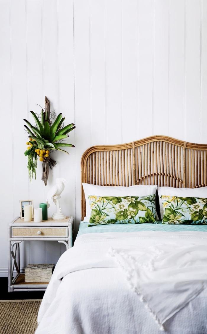 idée déco chambre adulte à motifs tropicaux, design chambre parentale d'esprit exotique aménagée avec lit en bambou