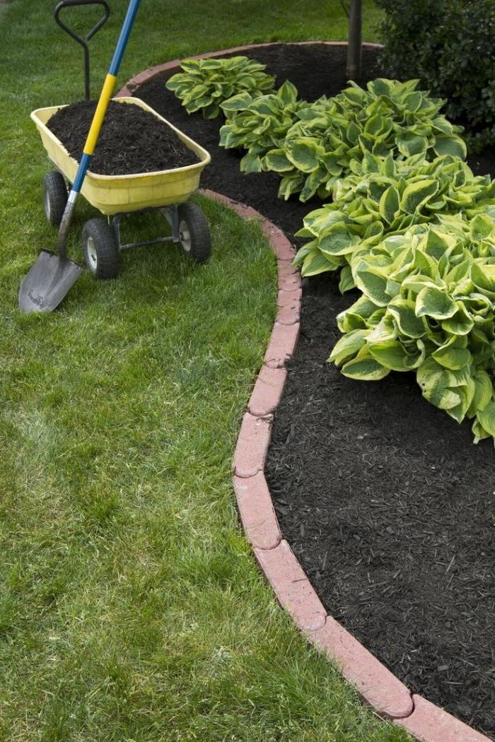 recycler des tuiles pour en faire une bordure exterieur simple, exemple de deco jardin avec objets reyclés