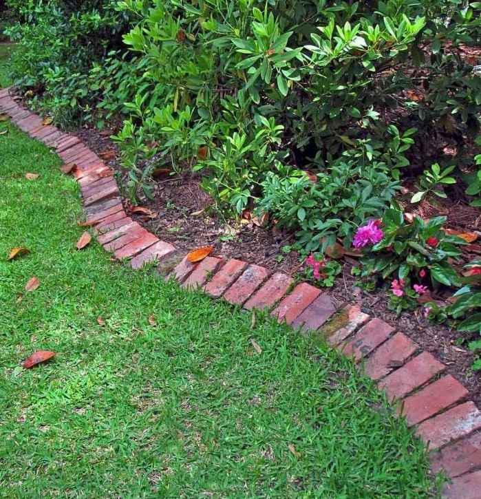 construire une bordure de briques le long d un jardin pour faire une deco jardin recup, bordure pelouse diy