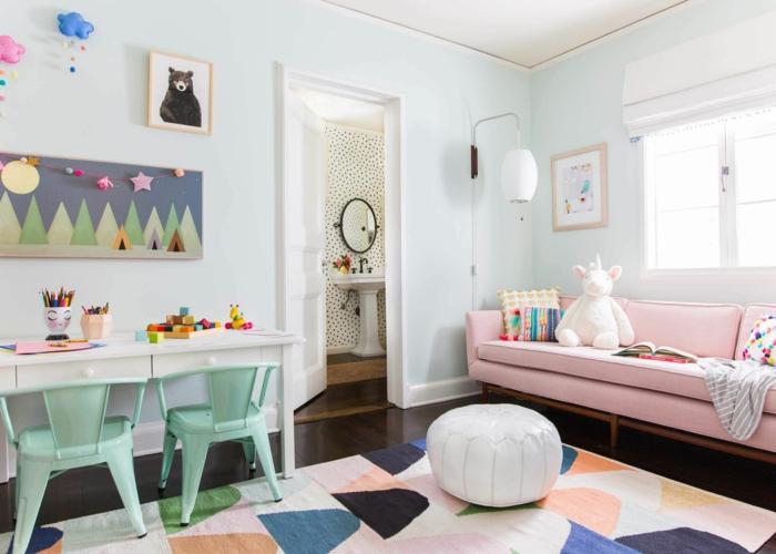 Idée peinture chambre fille, idée déco chambre bébé pour les petits licorne en peluche sur canapé rose