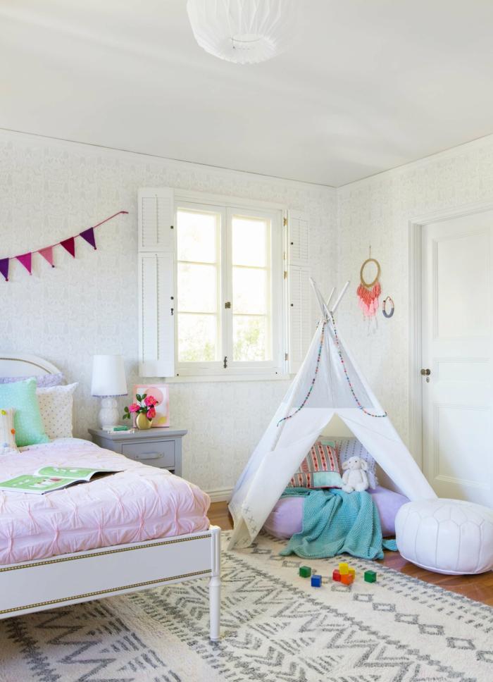 Tipi près du lit thème chambre petite fille, peinture chambre fille, inspiration aménagement