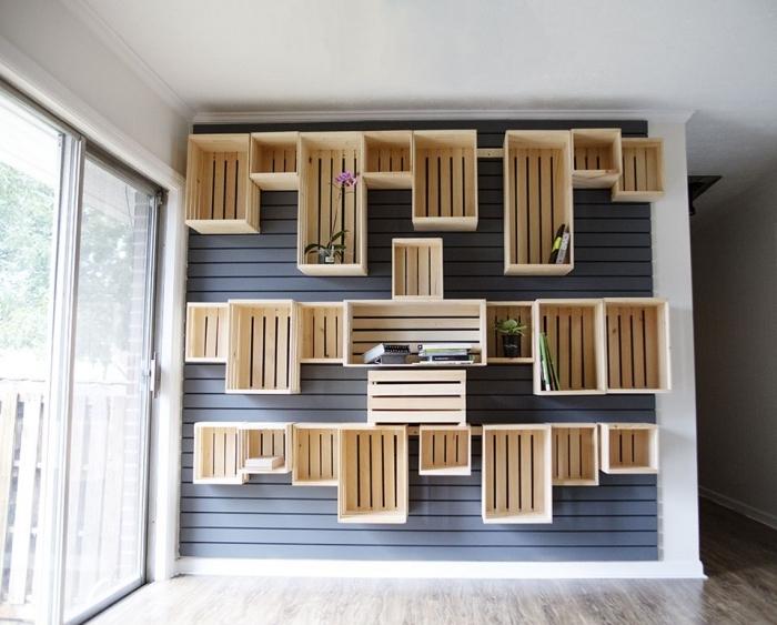 décoration murale avec caisses de bois en forme de bibliothèque originale, diy meuble en palette ou cagettes de bois sur un mur