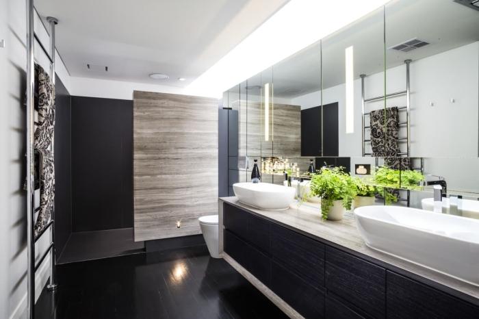 aménagement salle de bain moderne en couleurs neutres blanc et noir, décoration salle de bain avec double évier et cuvette suspendue