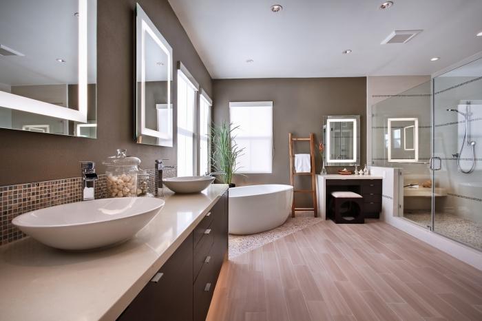 salle de bain bois et gris moderne, décoration salle de bain aux murs gris avec sol en bois clair et baignoire sur carrelage mosaïque