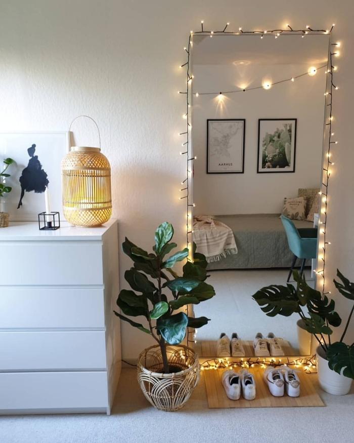 décoration chambre à coucher adulte photos sur mur, design pièce exotique avec meubles minimaliste et accessoires en fibre végétale