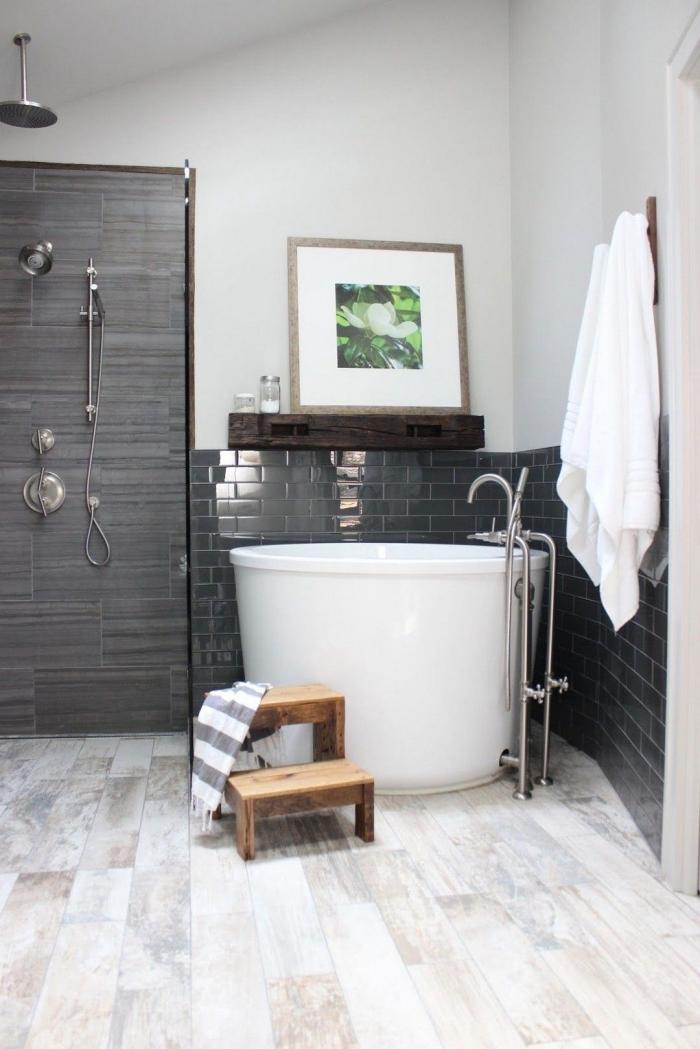aménagement petite salle de bain avec petite baignoire, quelle couleur associer au gris dans une salle de bain blanche