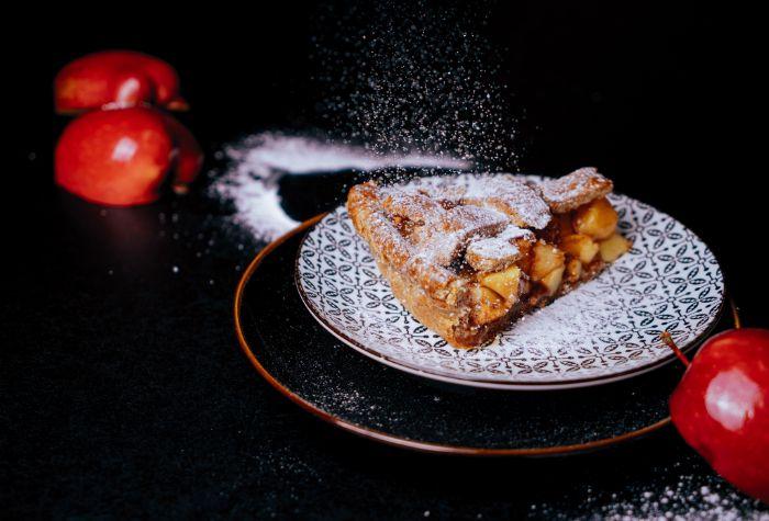 tranche de tarte aux pommes avec farce de pommes à la cannelle et sucre glace en top