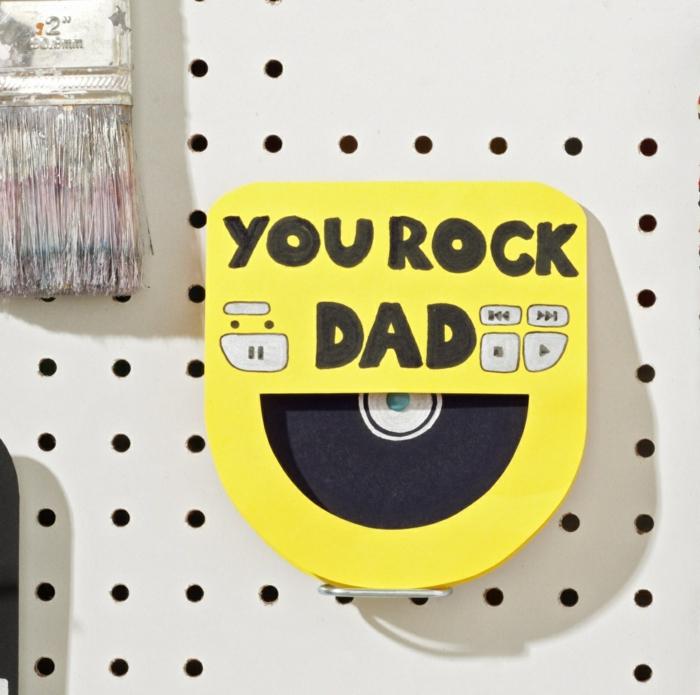 Rock papa cadeau fête des pères à fabriquer 2 ans, idée cadeau papa pour sa fete simple avec magnet