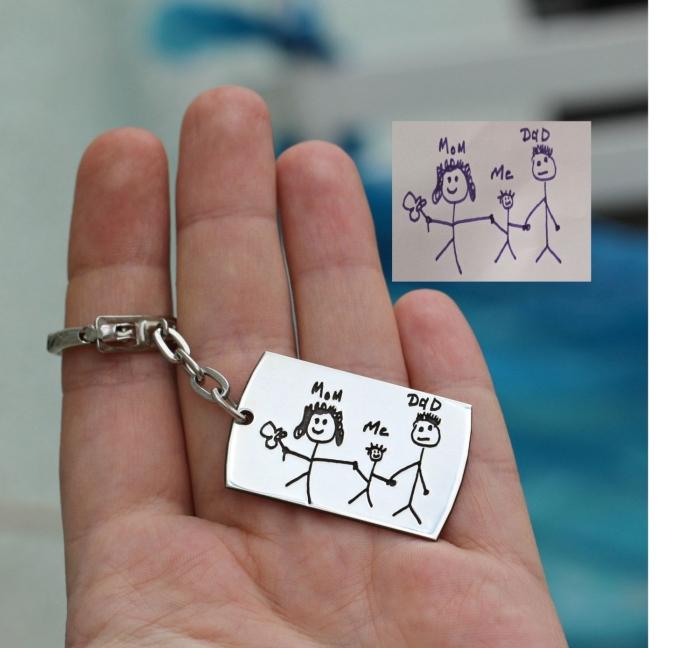 cadeau fête des pères original, modèle de porte-clé en métal customisé avec dessin parents et enfant, idée cadeau papa