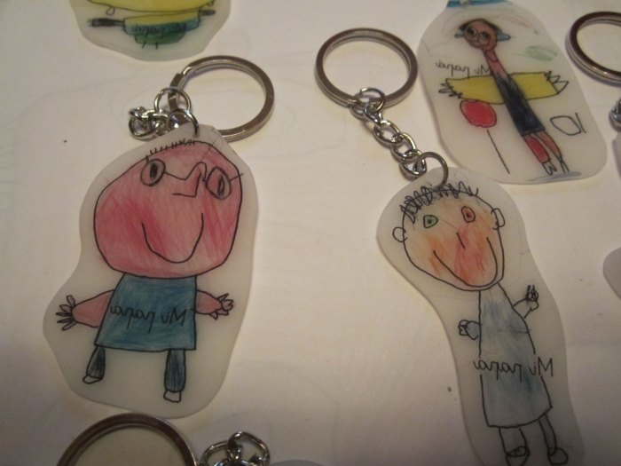 bricolage fête des pères pour tout petit, exemple comment réaliser un porte-clé originale avec feuille créative personnalisée avec dessin d'enfant