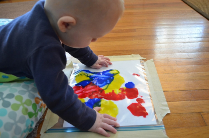 Bebe peinture pour cadeau a donner a son papa, idée cadeau fête des pères fait par bébé idée bricolage pour la fete des peres
