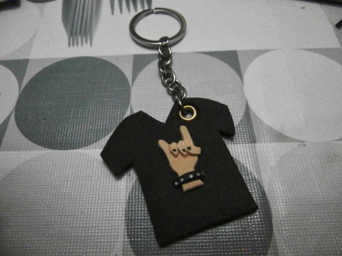 exemple de cadeau fête des pères original, modèle de porte-clé pour papa musicien avec pendentif à design t-shirt musique