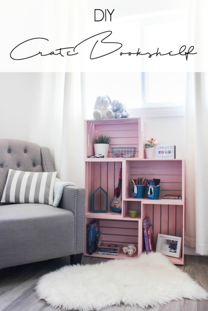 exemple comment décorer un coin de lecture dans la chambre d'enfant, avec meuble diy, idée comment fabriquer bibliotheque avec caisses de bois