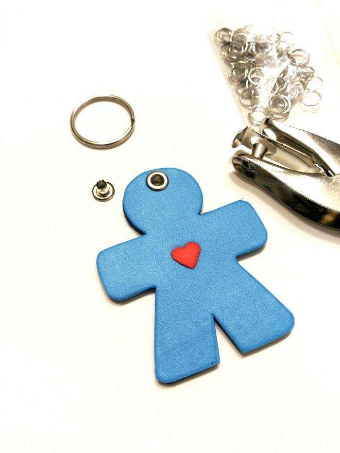 idée de cadeau fête des pères maternelle, modèle de porte-clé avec figurine de petit homme en argile bleu et cœur rouge
