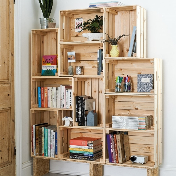 deco palette ou caisse bois facile à faire soi-même, modèle d'étagère diy et à petit budget avec caisses de bois récyclés