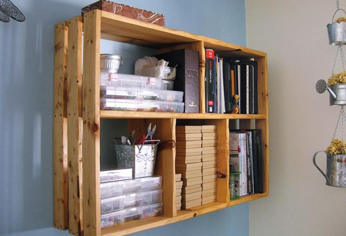 diy palette de bois recyclés en forme d'étagère murale, idée de meuble à faire soi-même facile et à petit budget avec matériaux récup