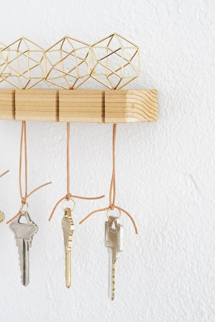 idée de bricolage fête des pères facile, idée fabrication porte-clé en bois, activité manuelle adulte pour la fête des pères