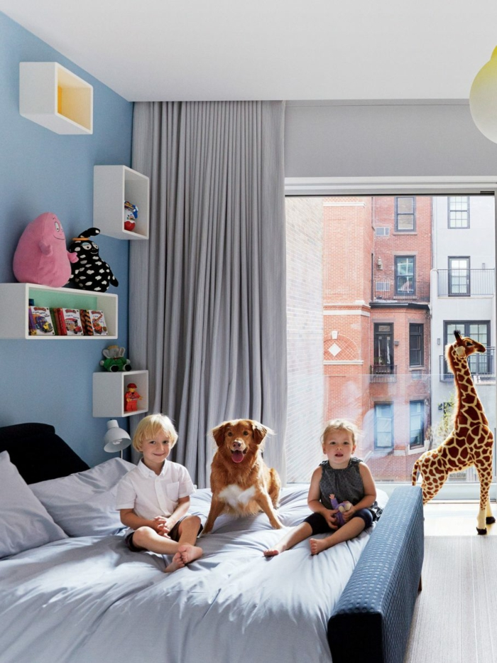 Chambre mixte murs bleus détails roses et gris decoration chambre fille 10 ans, idée déco chambre bébé méthode montessori