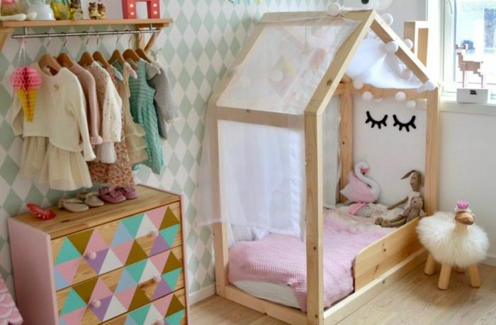 Lit maison en bois avec yeux dessin decoration murale chambre fille, idée déco chambre bébé utile