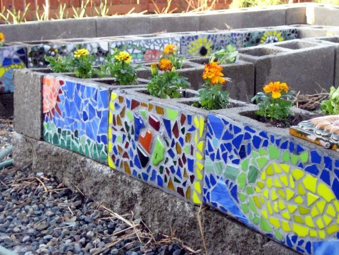 idee blocs de béton décorés de mosaique colorée avec des fleurs plantées à l intérieur, decoration jardin originale