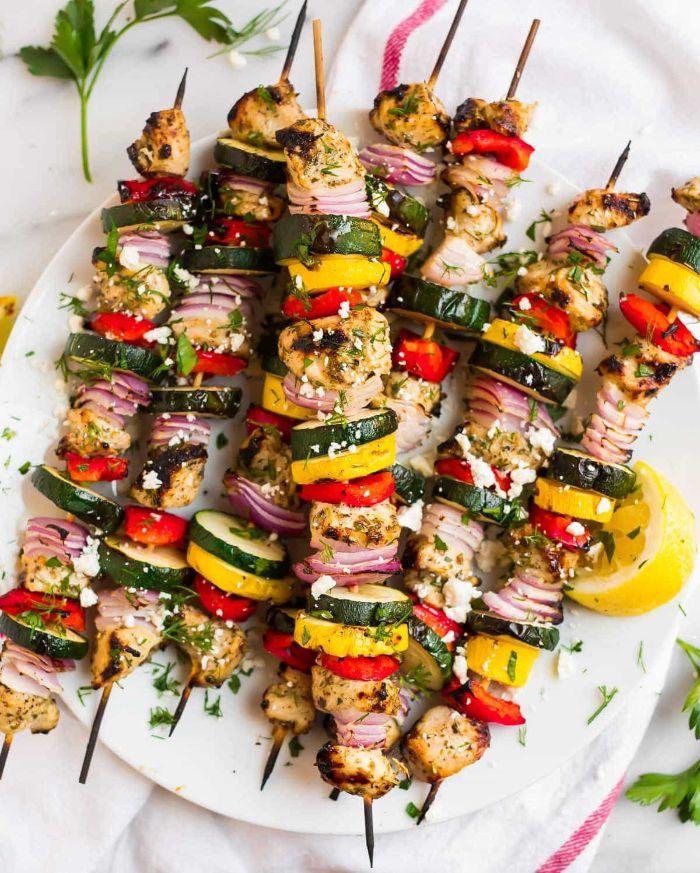 quelle viande pour barbecue, exemple de brochette de poulet avec oignon, courgette, poivrons et miettes de feta pour garnir