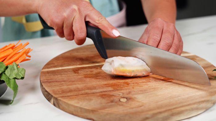 couper le rouleau de printemps en deux, idée recette rouleau de printemps aux crudités et crevettes