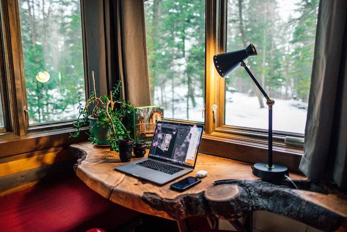 installer un bureau d appoint style rustique sous une fenêtre, exemple bureau gain de place original, aménager un bureau dans un petit espace