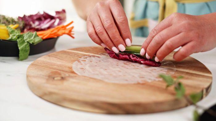 chou rouge, concombre et autres crudités pour réaliser un rouleau de printemps crevette facile et rapide sans cuisson