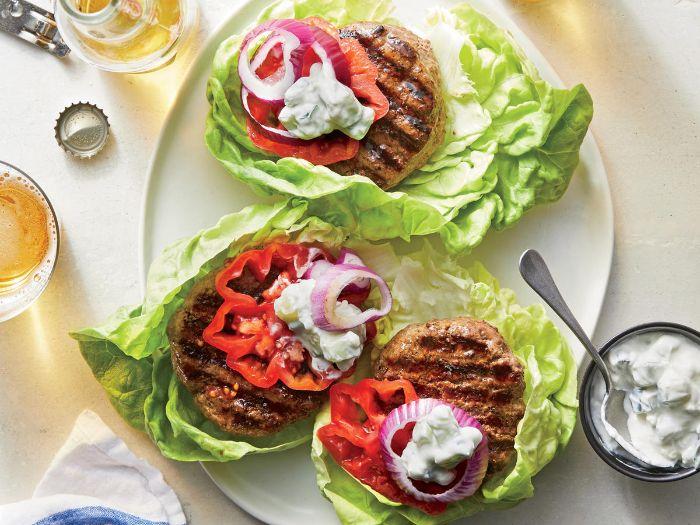 quoi faire au barbecue, idée de sreak servi sur feuille de laitue iceberg avec topping tzatziki, tomate, oignon