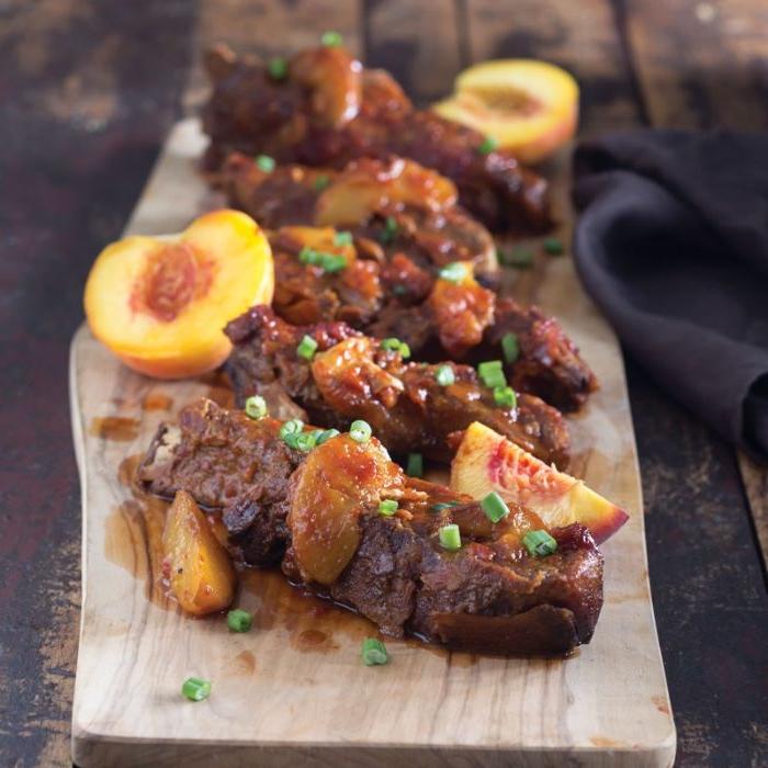côtes de proc à faire soi meme avec de la sauce aux pêches, barbecue original aux fruits recette simple de repas du soir