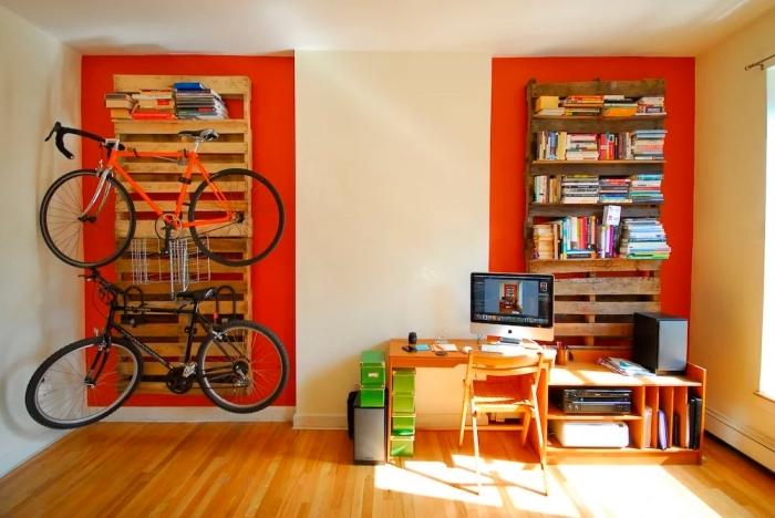modèle de meuble en palette facile à faire soi-même, idée de décoration murale originale avec palettes de bois recyclés