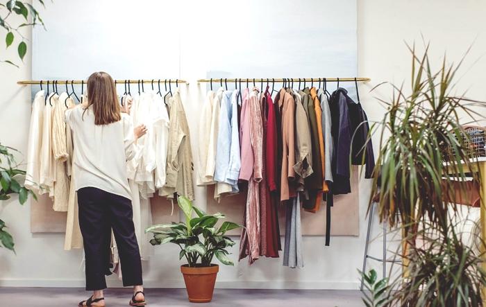 astuces d'organisation dressing, idée comment ranger ses vêtements par saison ou par couleur