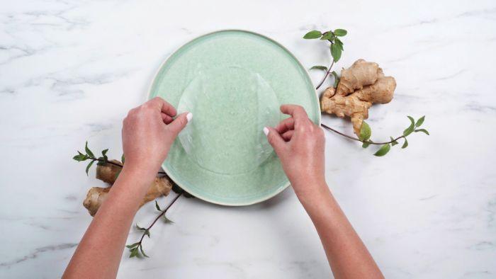 comment faire ramollir les feuilles de riz dans de l eau chaude, exemple pour faire un rouleau de printemps crevette