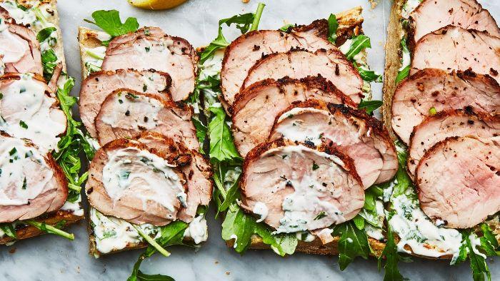 exemple de sabdwich pour le repas de midi à emporter avec chibata vec filet de porc, canapé de roquette et fromage à la crème