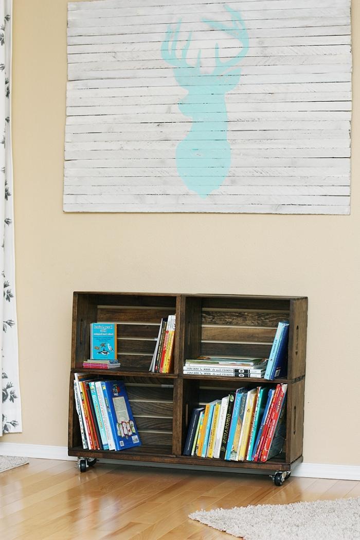 décoration salon aux murs beige et parquet de bois clair couvert de tapis en fausse fourrure avec petite bibliothèque diy