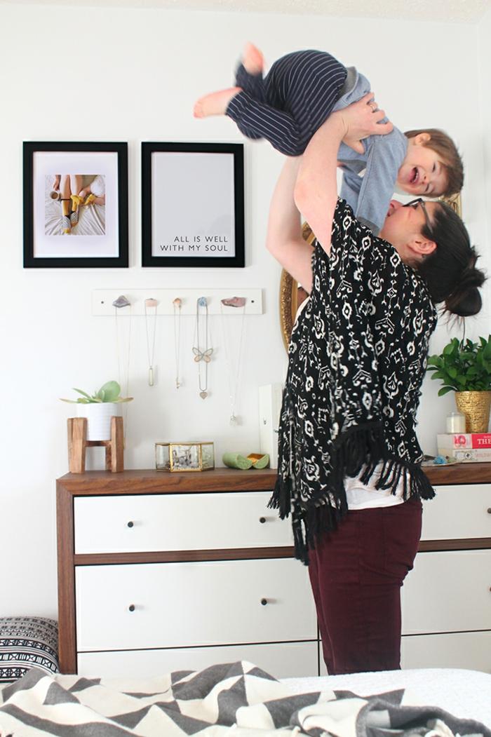 Mère et enfant jouant dans le salon, coeur en photo, cadre photo mural, inspiration cadre plusieurs photos