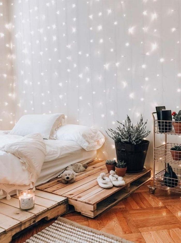 Guirlande lunineuse sur le mur decoration chambre fille, inspiration en images couleur chambre fille