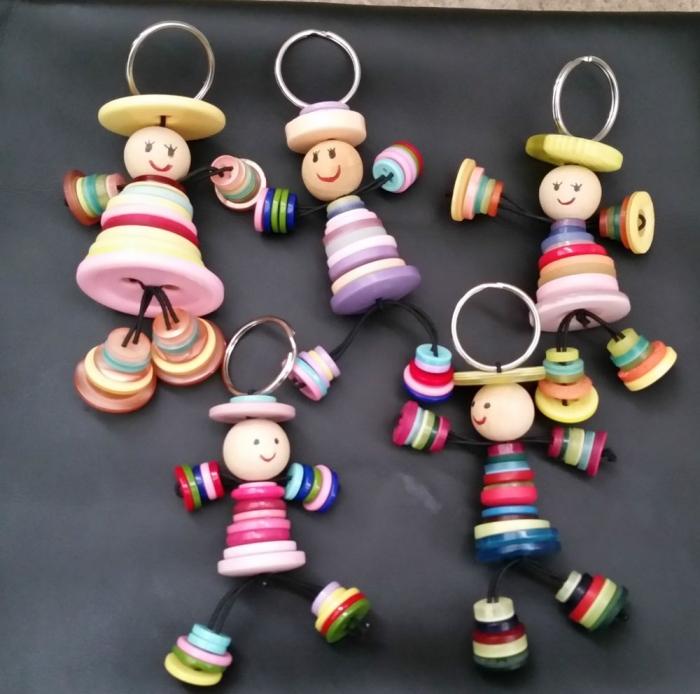 bricolage fête des pères pour tout petit, modèles de porte-clé amusant fabriqué avec perles de bois en forme de petits hommes