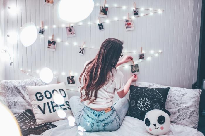 décorer le mur au-dessus du lit dans sa chambre avec une guirlande de photos fait main, diy guirlande avec lampes led et photos