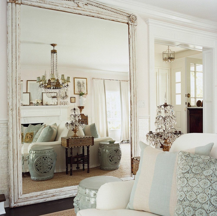 Decorations murales avec miroir grand, lustre baroque, chambre vaste optique illusion