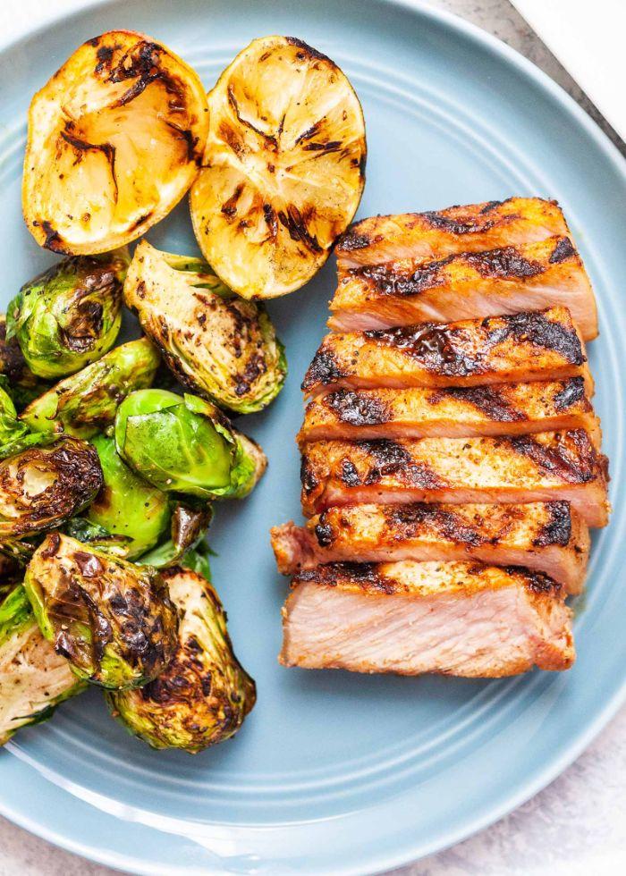 que faire au barbecue, idée simple porc grillé avec legumes accompagnement barbecue de choux de bruxelles et tranches de citron